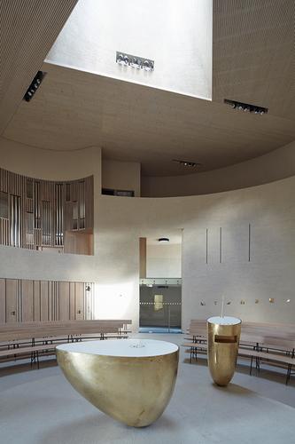 Na hlavní prostor navazují dva kůry v různých výškových úrovních, pod varhanami jsou umístěny zákristie a zpovědní místnost.