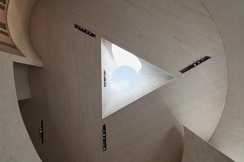 Prostor kostela ukončuje světlík s trojúhelníkovou základnou a kruhovým vrcholem, který symbolizuje Boží oko.