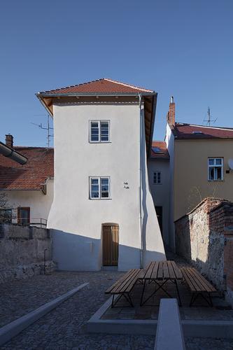 Nenápadný měšťanský dům z 16. století je součástí uliční zástavby lemující historické jádro města; od roku 1958 je nemovitou kulturní památkou.