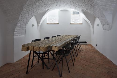Na výrobu stolu ve vinárně byly použity trámy z původních stropů.