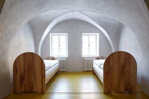 Žlutý pokoj v historicky nejstarší části domu s dochovanými původními vápennými omítkami.