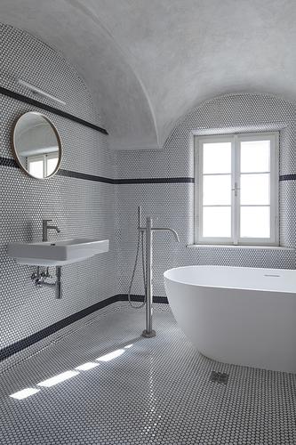 Koupelna šedého apartmánu.