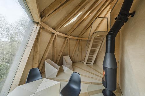 Převýšený hlavní obytný prostor s výhledem na údolí Rokytky; interiéru vládne přiznaná dřevěná konstrukce a přírodní březová překližka, vnitřní vybavení je navrženo na míru.