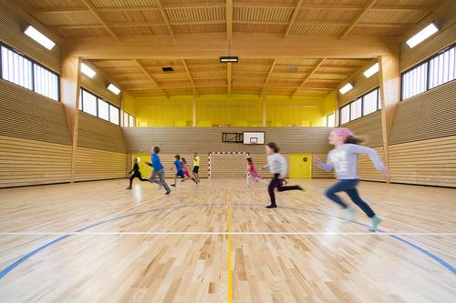 Převýšená sportovní hala / společenský sál.