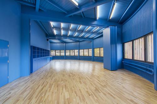 Dělitelný multifunkční sál v modré apsidě.
