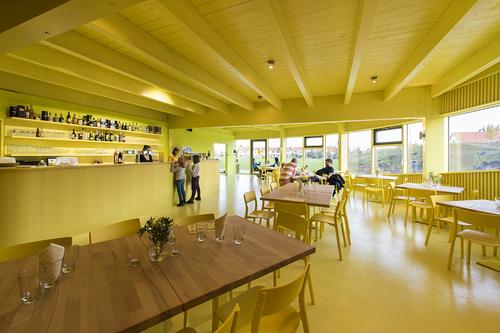 Kavárně, stejně jako klubovnám, dominuje žlutá barva.