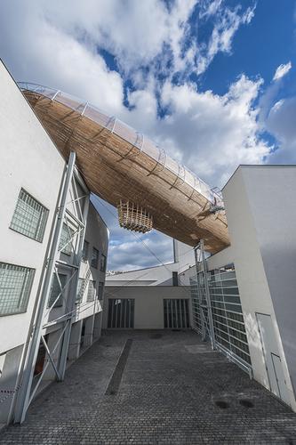 Základní kostra vzducholodi se skládá ze čtrnácti příhradových obručí z lepeného modřínového dřeva, umístěných v příčném směru v roztečích 2,2–3 m, které jsou vzájemně propojeny podélnými dřevěnými příhradovými prvky