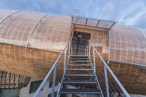 Základní dřevěná kostra je opláštěna modřínovými lamelami a celá konstrukce je zastřešena jednovrstvou transparentní membránovou ETFE fólií; přístup do vzducholodi je řešen dvojicí ocelových schodišť; vnitřek tvoří stupňovit
