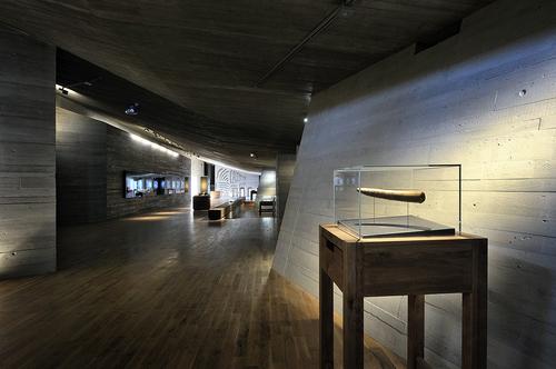 """Výstavní prostor tvoří centrální hala, z níž vybíhají postranní """"jeskyně""""."""