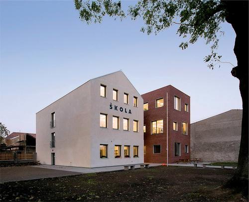 Kontrast původní a nové stavby je zřejmý na první pohled; stará budova zachovává původní okenní a dveřní otvory i tvar střechy, která byla cca o 1,2 m navýšena, nová budova v podobě jednoduchého třípodlažního hranolu s nepravideln