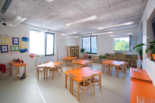 Všechny učebny (zejména v nové budově) jsou bohatě prosvětleny okny, která zároveň zajišťují přirozenou výměnu vzduchu; heraklitové podhledy přispívají k optimální akustické pohodě pro výuku.