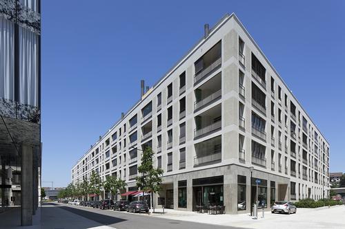 SAM Architekten und Partner: obytný blok Escherhof se 122 bytovými jednotkami a komerčními prostorami v parteru, dokončeno 2013; nová městská čtvrť Richti-Areal ve švýcarském Wallisellenu v kantonu Curych vzniká od roku 2010 na bývalém bro