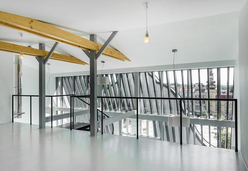 V horní úrovni loftu, s výhledem na Masarykovo náměstí se Starou radnicí, je umístěna ložnice s malou pracovnou.