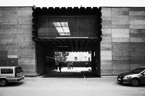 Transparentní hmota komunikačního meziprostoru; prostorové uspořádání, volba materiálů, koncept budoucího vývoje a stárnutí jsou generovány z naturelu investora – materiály v surovém stavu – železo, beton; interiér a expozice ocelov