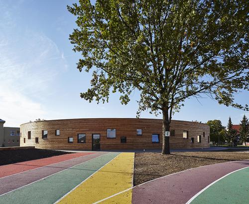 Únikový východ v jedné z učeben směřuje na sportovní hřiště v horní části školního areálu.