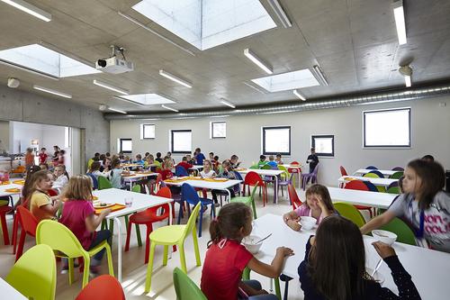 V jídelně/aule se soustředí společné aktivity školy.