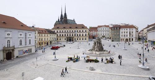 Zelný trh v Brně – pohled od východu: centrální plocha náměstí je vydlážděna do vějířů z žulových štípaných kostek – jedná se o již použité kostky s ohlazeným povrchem; organizace prostoru plně rehabilituje postavení a důle
