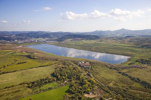 Největší české rekultivační jezero Milada má rozlohu 252,2 ha, průměrnou hloubku 15 m, maximální hloubku 24,7 m a objem vody činí 35,6 mil. m3; od roku 1991 do roku 2014 bylo na rekultivaci vynaloženo téměř 5,4 mld. Kč; zdroj: Jezero Mi