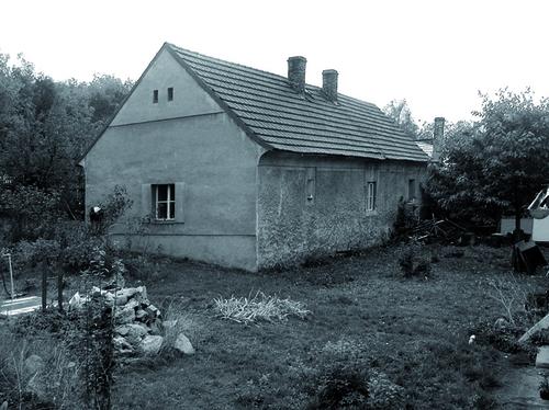 Původní dům se sedlovou střechou s keramickými taškami byl, v logice okolní zástavby, osazen rovnoběžně s vrstevnicemi kopce Aloisova; foto: archiv autorů.