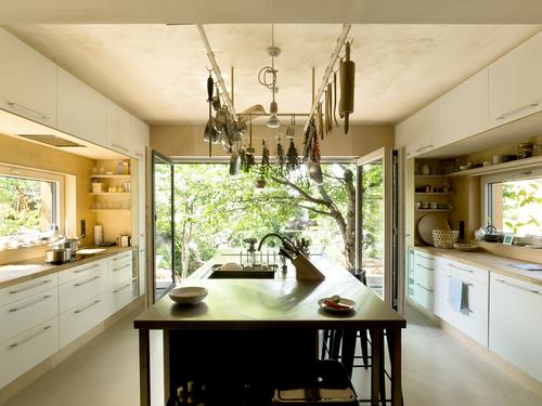 Bydlení se odehrává především ve zděném domě, pouze kuchyně a podkrovní vyhlídka vybíhají do nové části; kuchyně je v tomto domě středem dění.