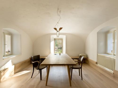 V jídelně bylo obnoveno původní zazděné okno, výhled do tří stran poskytuje dokonalý přehled o dění okolo domu.