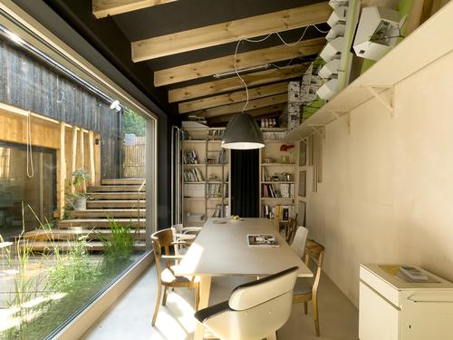 Zasedací místnost vznikla v přízemním objektu bývalých kůlen, což umožňuje důsledné oddělení chodu rodinného bydlení a architektonického ateliéru.