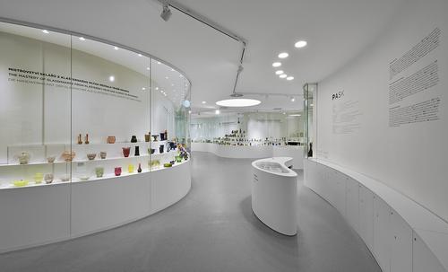 Sjednocující bílá barva podtrhuje barevnost exponátů umístěných do vitrín, které jsou součástí obvodových stěn, přičemž jejich tvarování vychází z geometrie pavilonu, mírně ji rozvíjí a dotváří podobu vnitřního prostoru.