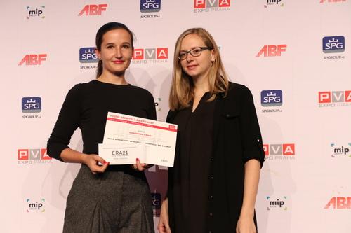 Monika Jasioková (vlevo) a předávající za časopis ERA21, členka redakční rady Kateřina Čechová