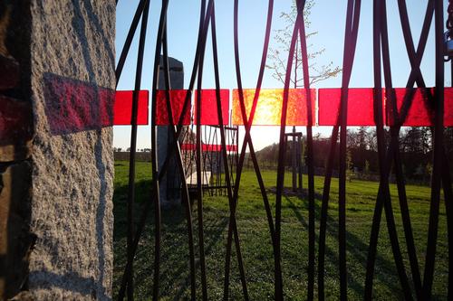 Brány směřují do jednotlivých světových stran a jsou zdůrazněny barevnými pásy vetknutých skel.