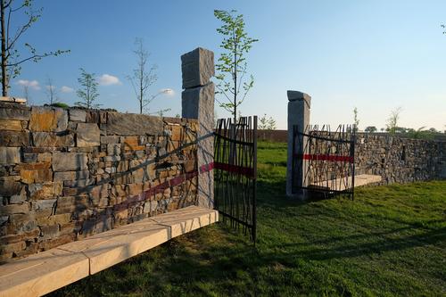Barevná skla rozlišují jednotlivé brány: severní brána je černá, jižní červená, východní modrá a západní bílá.