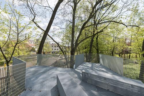 Nevzhledný objekt vodárny nad říčkou architektům posloužil kumístění vyhlídky.