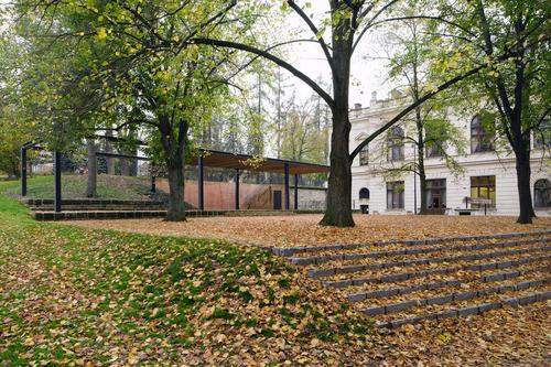 Park uSmetanova domu doplnil pavilon se zelenou střechou kpořádání kulturních akcí asposezením pod vzrostlými stromy.