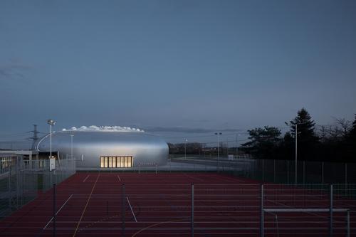 Sportovní hala navazuje na venkovní sportoviště s umělým povrchem, z druhé strany je plánována výstavba atletického oválu.