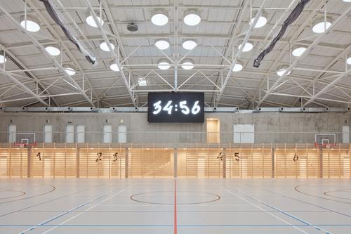 Plochu lze podélně rozdělit na třetiny o velikosti volejbalového hřiště pomocí mobilních rolet.