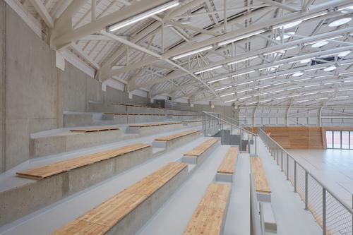 Jednu z podélných stran hrací plochy lemuje tribuna pro 250 diváků, pod ní se nacházejí nářaďovny.