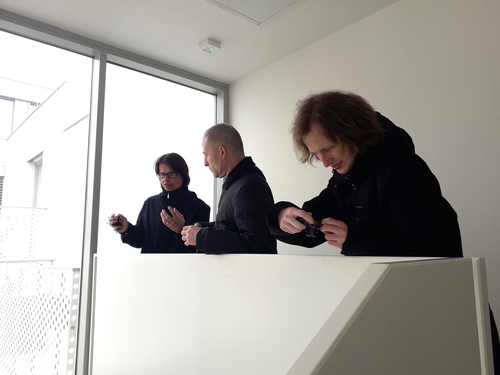 Architekti Filip Tittelbach, Radek Kolařík a Vít Podráský na prohlídce domu; foto: Filip Landa.