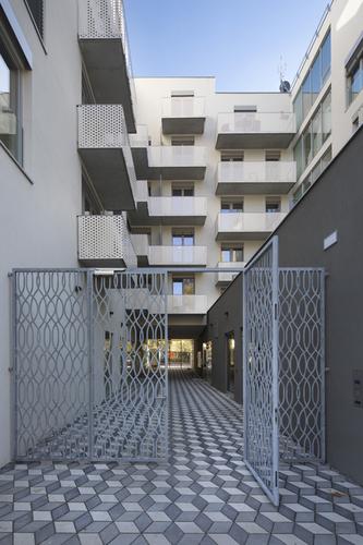 Průchod mezi dvěma křídly nabízí propojení parku pod Vítkovem sulicí Koněvovou azároveň rozšiřuje společné prostory rezidentů.