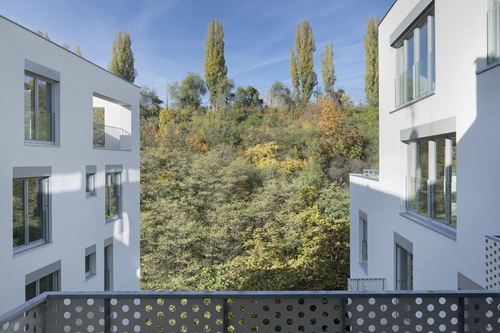 Zatímco hlavní fasády jsou pojednány vtmavších odstínech, vnitřní jsou sohledem na značně omezenou prosvětlenost bytů bílé.