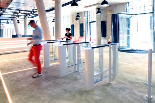 Turnikety EasyGate Elite v bílém provedení a v odlehčené variantě se sklem v budově Five na Smíchově; zdroj: Cominfo.