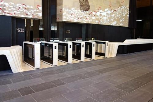 Turnikety EasyGate IM vprovedení z přírodní žuly v sídle společnosti Ernst &Young v Sydney; zdroj: Cominfo.