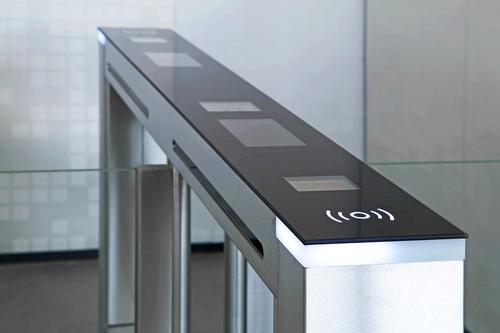 """Unikátní řešení """"all in one"""" v podání turniketu EasyGate SPD se zabudovanou kamerou pro rozpoznání obličeje, zabudovaným systémem pro přivolání výtahů, čtečkou čárových a QR kódů; zdroj: Cominfo."""