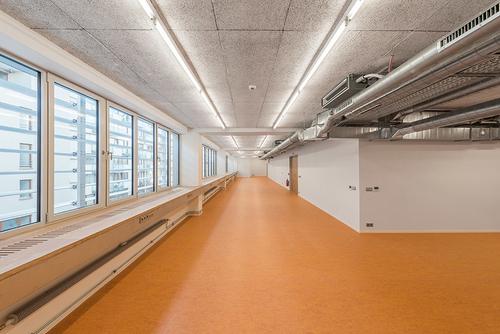 Vrekonstruované části zůstala zachována lapidární volná dispozice; záměrně byly zvoleny materiály odpovídající době vzniku stavby.