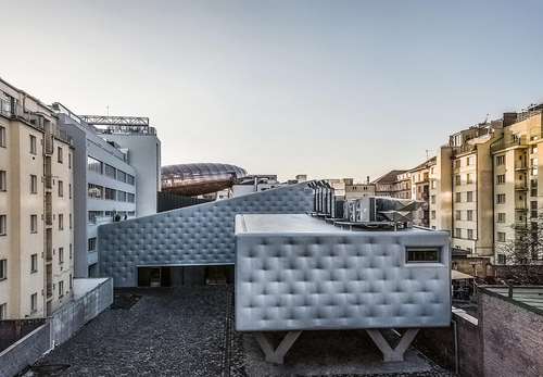 DOX+ je soubor tří budov, který rozšiřuje galerijní apřednáškové kapacity Centra současného umění osály pro tanec, hudbu, film či videoart apronajímatelné kancelářské plochy.