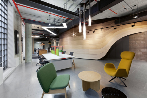 Design showroomu vychází z industriální atmosféry objektu, betonové stropy a pozinkované podlahy zjemňuje příčka z dřevěných lamel; zdroj: U1.