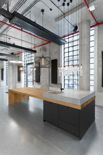Společnost U1 se zaměřuje na oblékání budov zevnitř; zde detail interiéru, coffee point s betonovým dřezem na desce z masivního dubového dřeva; zdroj: U1.