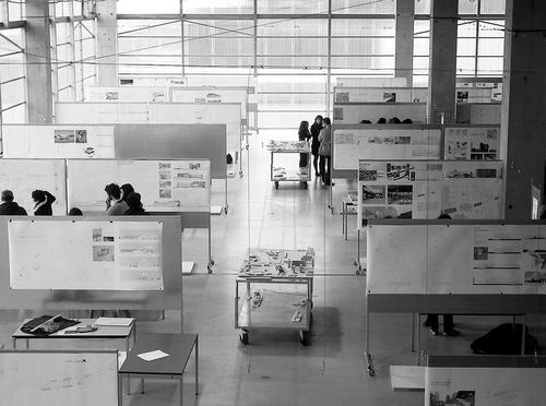 Volně uzpůsobitelný prostor vúrovni 1A při vzácné příležitosti soutěžní poroty; na konci dne je třeba vše vrátit do původního stavu; foto: Valéry Didelon, 2011.