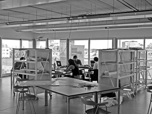 Studenti pracují hlavně na laptopech; vpřevážně prosklených ateliérech jsou nuceni vytvořit si alespoň špetku intimity; foto: Valéry Didelon, 2011.