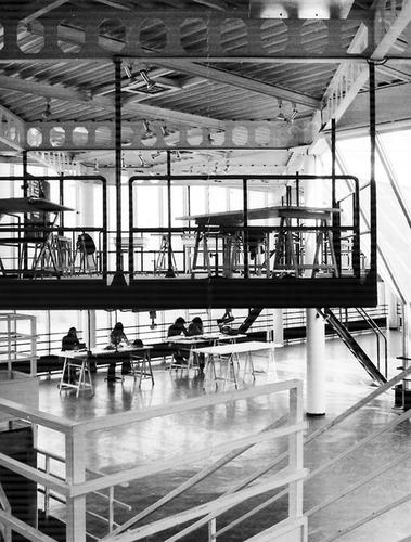 """Původní """"nová škola"""" architektury vNantes zroku 1975; prostory se nápadně podobají těm ve škole navržené ateliérem Lacaton & Vassal; viz též Dominique Amouroux: Le Livre de l'école nationale supérieure d'architecture de Nantes,"""
