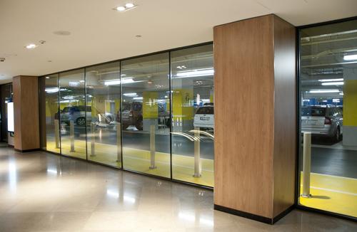 Wroclavia – moderní obchodní galerie v centru Vratislavi; sklo POLFLAM BR s požární odolností třídy EI 60 v bezrámovém systému odděluje komfortní prostory od dvoupodlažního parkoviště galerie.