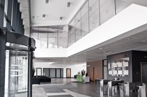 Sklo POLFLAM BR s požární odolností třídy EI 60 v bezrámovém systému bylo použito v jednom z objektů komplexu Business Garden Warszawa ve stěně oddělující kancelářské plochy od prostoru hlavní vstupní haly.